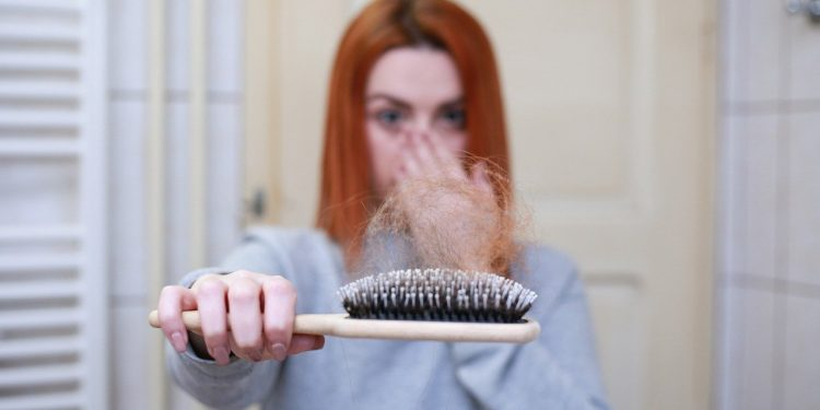 sac dokulmesi - Saç dökülmesi için en etkili tedaviler - Sağlık Haberleri - Sağlıkla İlgili Güncel Bilgi - Saçlarımız her ne kadar güzelliğin bir parçası gibi görülse de aynı zamanda sağlığımız hakkında da ipuçları veriyor. Örneğin mevsim geçişlerindeki saç dökülmeleri bazen cildimizdeki sorunların da işaretçisi olabiliyor. Hormonal sebepler, beslenme, ilaçlar veya stres saç dökülmesinin öne çıkan nedenleri arasında. Dermatoloji Uzmanı Dr. Hülya Sağlam, erken dönem teşhis ve tedavinin saç dökülmesinin önüne geçilebileceğini söylüyor ve saçların geri kazanılmasının mümkün olduğunu bildiriyor.