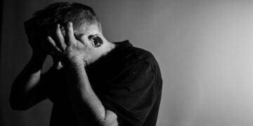 Andropoz - Andropoz depresyon sebebi mi? - Sağlık Haberleri - Sağlıkla İlgili Güncel Bilgi - Erkeklerin yaşlanma dönemine girmeleri sonucunda kandaki testosteron hormonu seviyesi azalır ve bununla bağlantılı olarak ortaya andropoz olarak adlandırılan klinik tablo çıkar. Özellikle de 50 yaşından sonra görülen andropoz için net bir yaş belirti sınırı da bulunmamaktadır. Uzmanlara göre fiziksel sağlığının yanı sıra sosyal ve psikolojik açıdan da herhangi bir sorun yaşamayan bireylerde bu sürecin hafif birkaç belirtiyle atlatılma olasılığı çok yüksek. Fakat bu dönemde en fazla bilinen problem cinsel işlevsel istikrarsızlığı olduğu için, kişilerde kaygı ve depresyon bozukluklarının görülebileceğin vurgulanıyor.