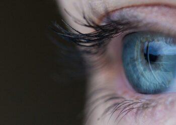 glokom - Göz kanlanmalarında glokom ihtimali - Sağlık Haberleri - Sağlıkla İlgili Güncel Bilgi - İnsanların çeşitli duyuları ilerleyen yaşlar neticesinde bir takım hasarlar alabiliyor. Özellikle belli başlı şikayetleri yaşın durumuna bağlı sıkıntılar olarak görmemelisiniz. Keza 40'lı yaşlar ardından görme keskinliğinin azalması, göz kararmaları, kızarıklık ve bulanıklık gibi belirtiler, normal sıkıntılar gibi gözükse de dikkate alınmalıdır. Aksi hali kalıcı körlüğün tetikleyicisi olan glokom hastalığının tanısını geciktireceği için, bu gibi durumlarda önlemini erken almanızda yarar vardır.