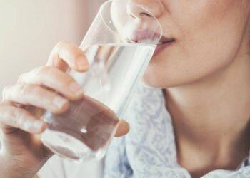 su hakkinda merak edilenler - Yaşam kaynağımız olan su hakkında merak edilenler - Sağlık Haberleri - Sağlıkla İlgili Güncel Bilgi - İnsan hayatında oksijen sonrasında en önemli öğe su olmaktadır. Vücudumuzun sadece yüzde 10 oranında azaldığında bile insan hayatı tehlike altına girer. Bu bakıma tükettiğimiz besinlerin sindirimi, emilimi ve hücrelerin taşınmasında da suyun görevi gerçekten de önemlidir. Öyle ki vücut ısımızın denetimi su tüketimi sayesinde sağlanabilir. Bu noktada da su için yaşam fonksiyonlarının düzenli dengelenmesi açısından kilit bir rol üstlenmektedir.